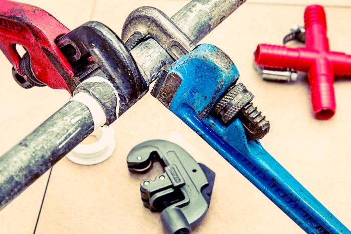 Un plombier travail avec des outils de qualités !